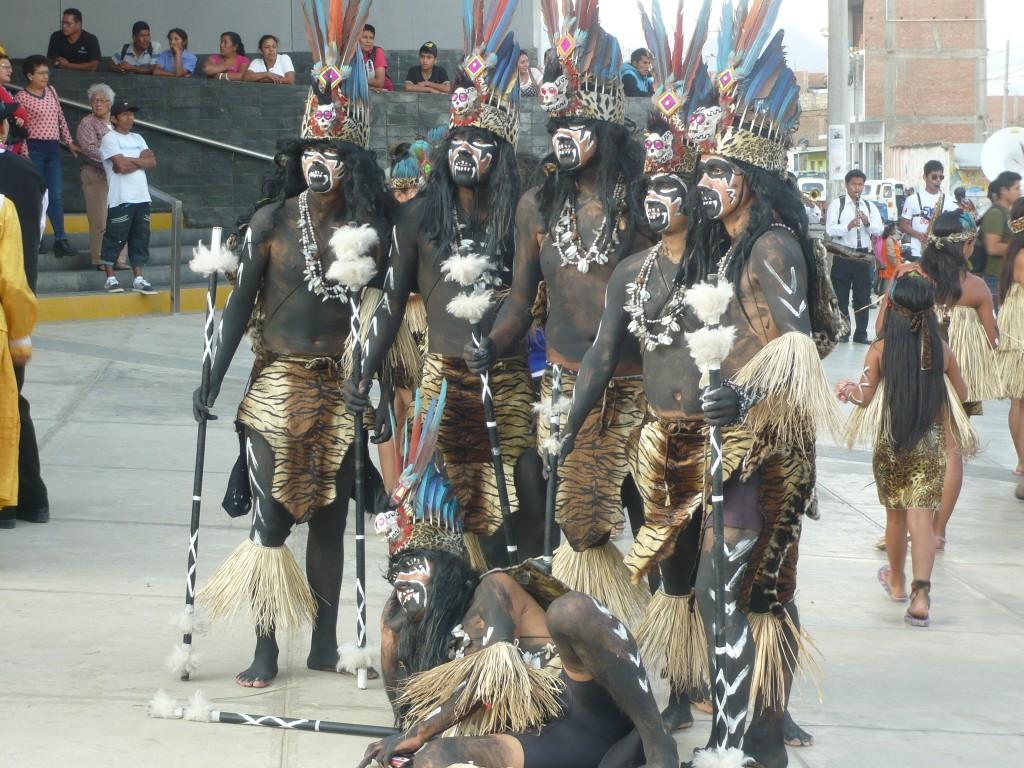 Costumes des tribus d'Amazonie pour fêter l'anniversaire de la ville